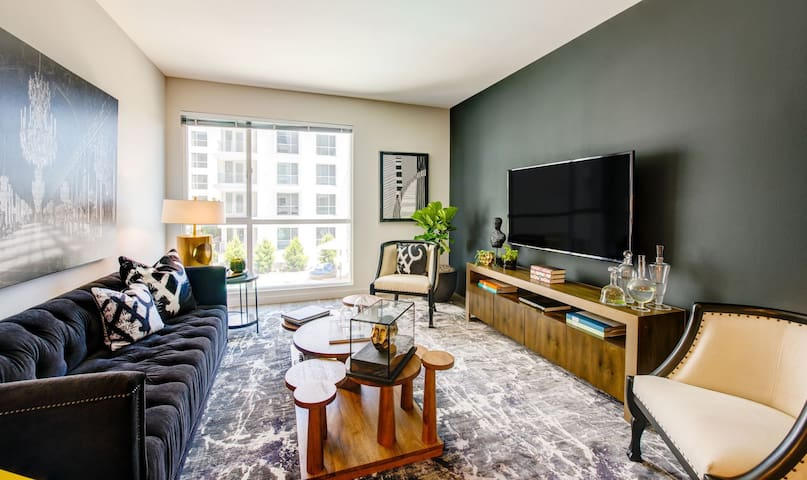 2BR/2.5BA luxury apt centrally located in LA