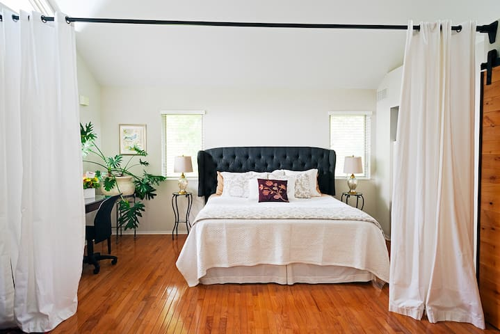 Lovely Carriage House, Close to Downtown & KU - Lawrence - Bed & Breakfast