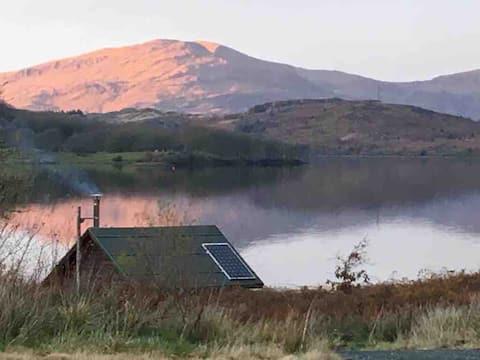 Snowdonia lakeside cabin
