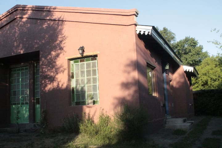 Su fachada con aberturas antiguas.