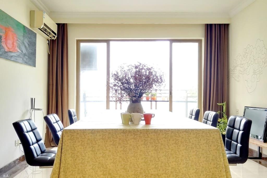 客厅的大桌子,特别适合朋友,家庭聚会,也可以玩一些桌游,也非常很适合公司会议~