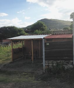 Pequeña casa ecológica y área de camping