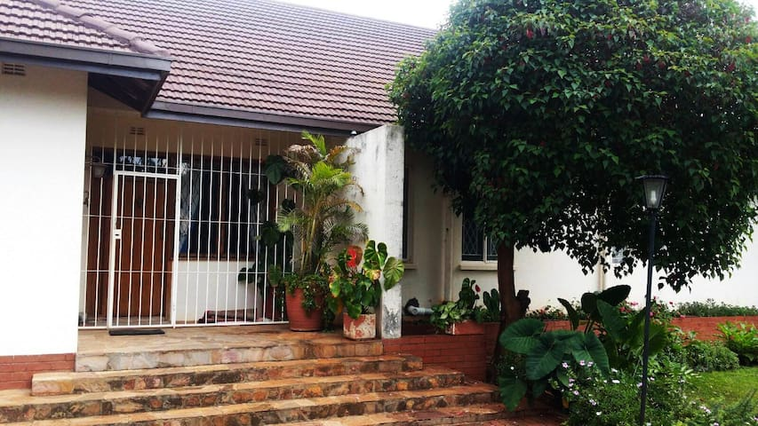 3- roomed suite in Family home, lovely Garden - Harare - Bed & Breakfast