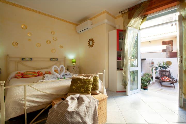 Camera Matrimoniale Climatizzata con Bagno Privato. Ingresso Indipendente e Giardino Riservato agli Ospiti.