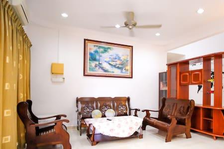 715 Kluang Homestay (7 Rooms)