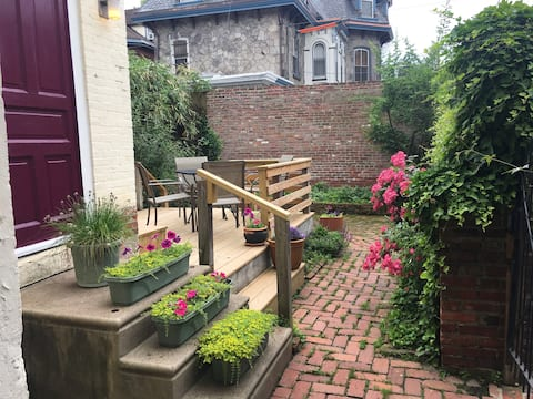 Garden Oasis 1 BR Apartment Private Entrance Deck