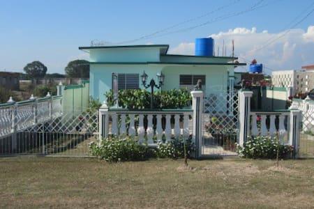 Habitación-2 Hostal Marisel - Playa Giron - Hus