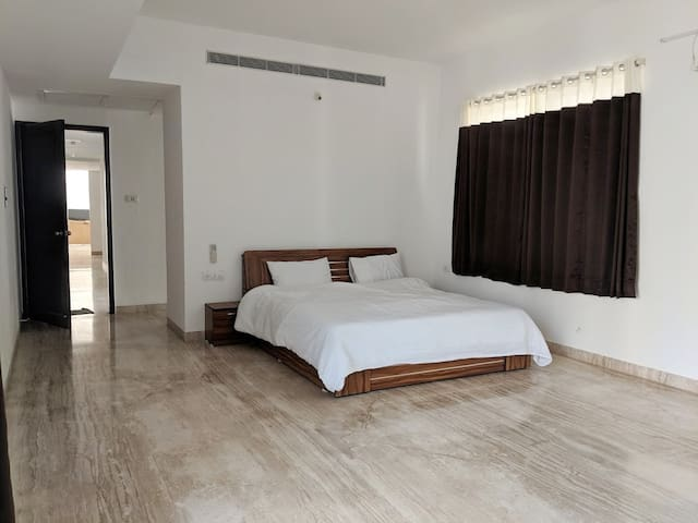 Master Bedroom in 4500 sq. ft, 4.5 BHK.
