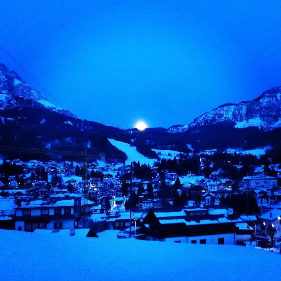 Luna che sorge tra il Monte Cristallo e Monte Faloria vista centrale dalla porta finestrata ingresso dell'appartamento