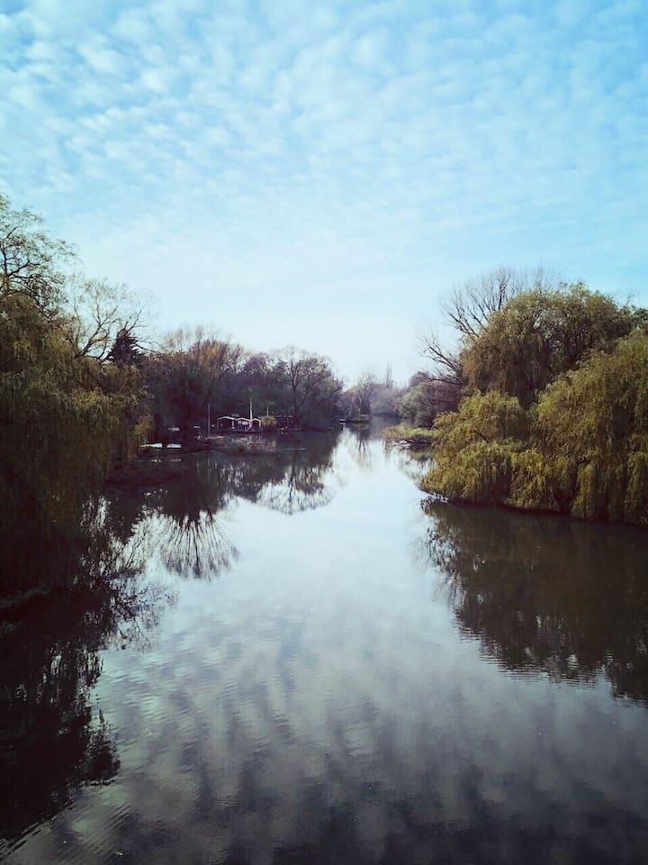 Die Doove-Elbe links vom Haus, von der Brücke aus (2 Gehminuten)