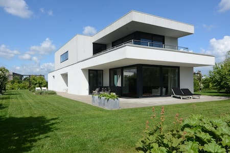 Great modern villa with 5 bedrooms and 3 bathrooms
