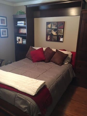 Cozy room, comfy bed, large TV, near downtown