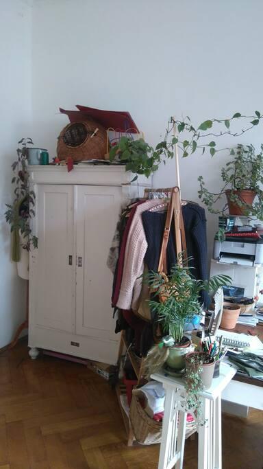 Der Schrank im Zimmer