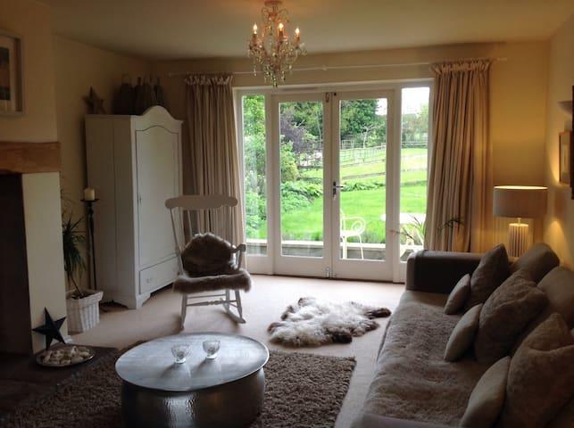 Bright, three storey family home - Badgworth - Huis