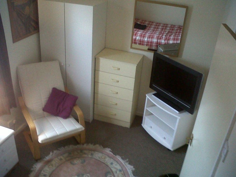 Small double room next to qub boat club maisons de ville for Ikea location emplacement