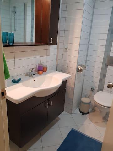 Ren och fin badrum 1 med duschen.