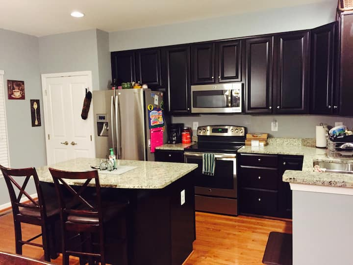 4 BEDROOM AND GARAGE 5 MIN. TO DOWNTOWN C'VILLE!!!