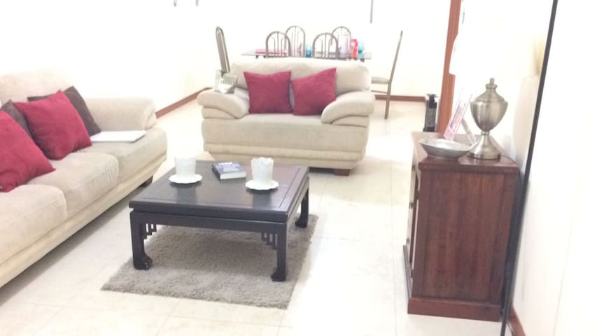 Bella habitación privada situada en Cumbaya - Quito - Apartemen
