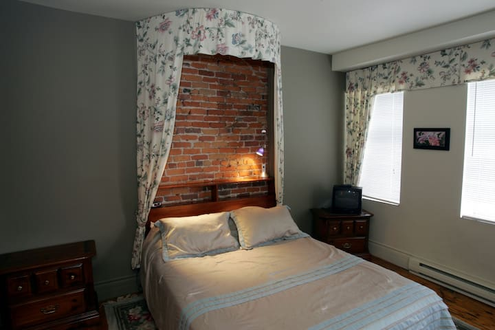 Bedroom with private bathroom in Old Quebec City