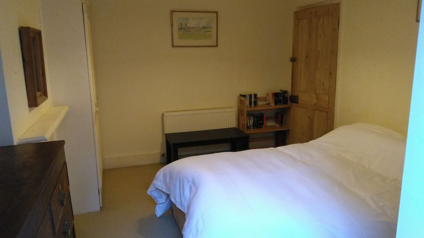 A comfortable Double Bedroom in Fulham.