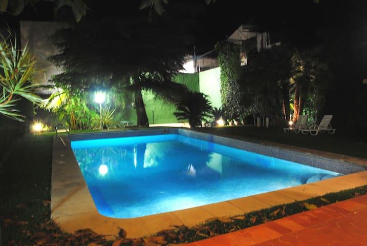 El amplio jardín es un espacio para disfrutar de noche y de día
