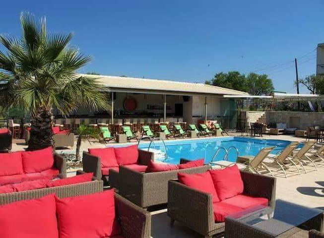 Kyprianou- house Belvedere pool bar - Ηγουμενίτσα - Bed & Breakfast