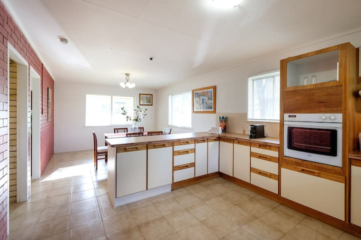 Good for large family with 5 bedrooms - One Mile - Дом
