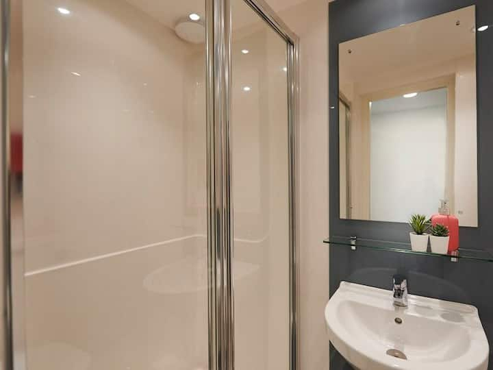 Student Only Property: Functional Silver En-suite