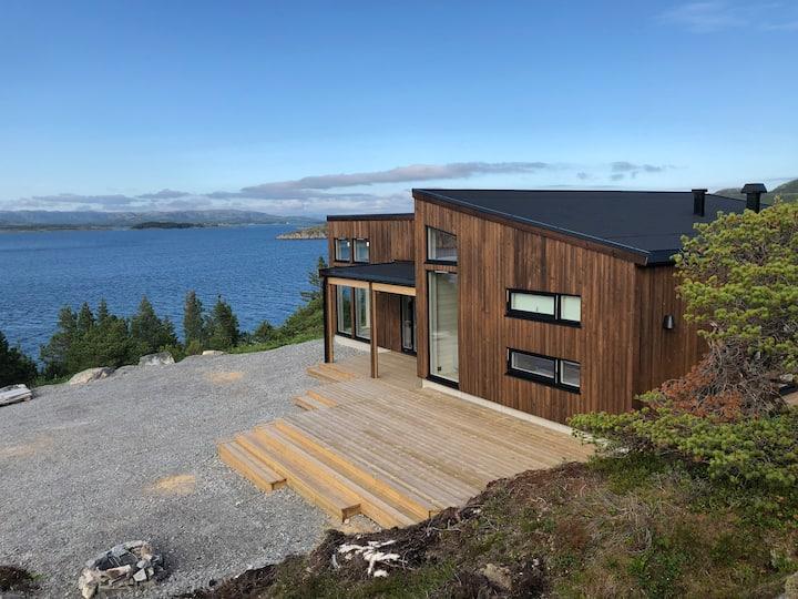 Ny hytte, idyllisk ved sjøen