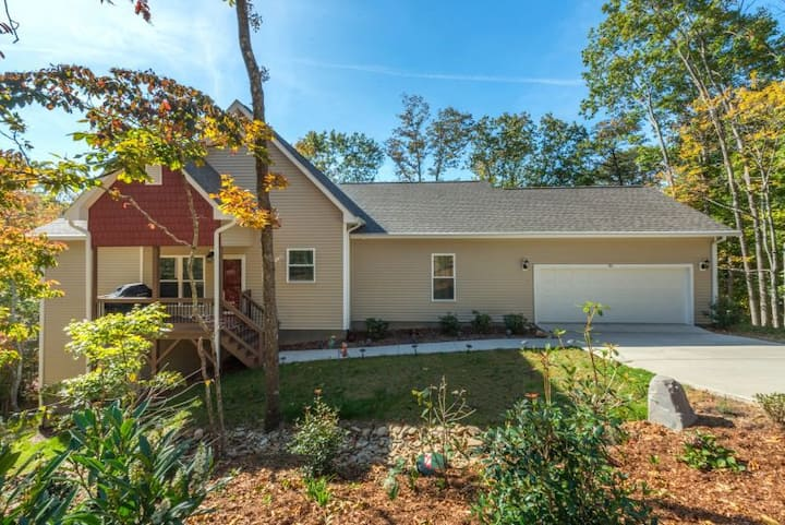 Leisure Lodge | New custom home | Mountains Views | 15 mins to Asheville! - 3 Bedroom, 2 Bathroom