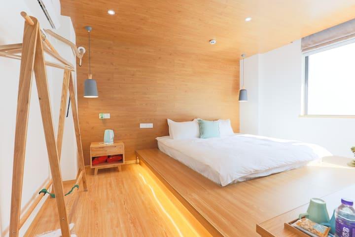 卧室内有一张1.8米*2米的榻榻米大床,提供衣架、蚊香液、烧水壶、房间采光很好