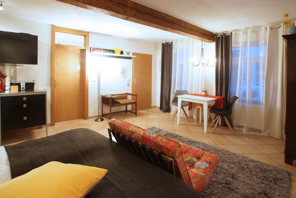 Blick vom Bett zum Wohnbereich