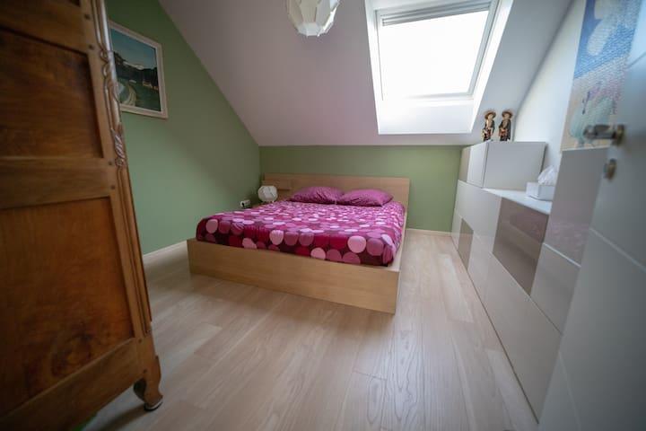 Second bedroom, upstairs / deuxième chambre à l'étage. Lit / bed size : 160x190