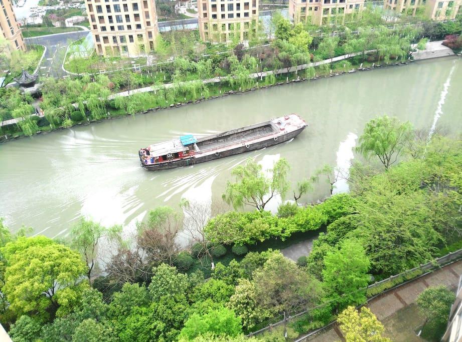 飘窗外大运河风景