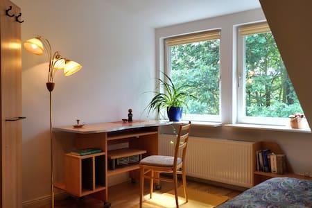 Schönes Doppelbettzimmer zum Arbeiten oder Relaxen - Kleinmachnow