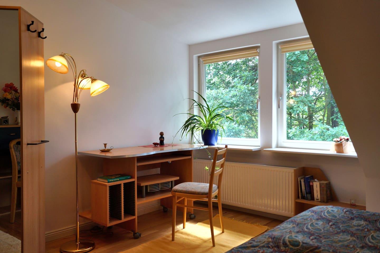 das blaue Zimmer mit Doppelbett und Waschtisch