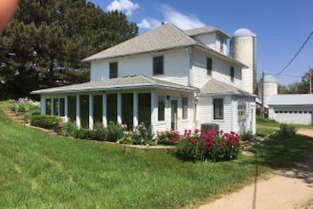 FarmHouse Inn: Country shelter, fast wifi for work