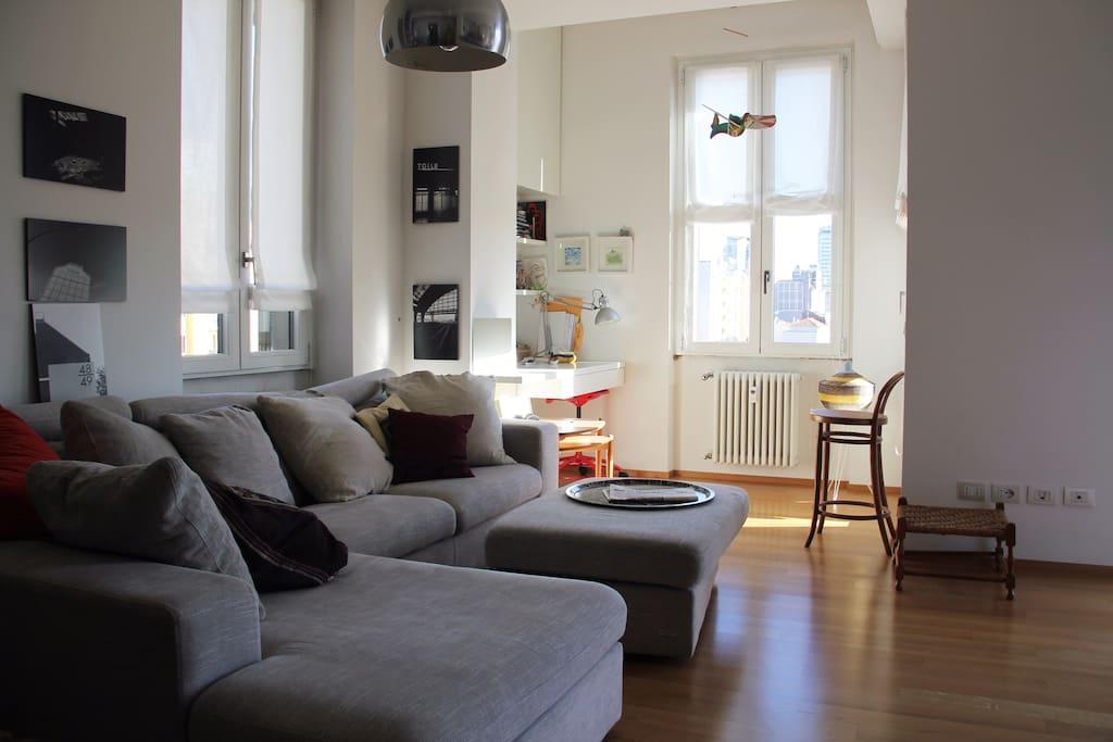 Zona giorno con divano e angolo studio - Bright and comfortable living room