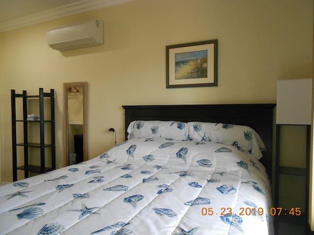 queen beds in both rooms.