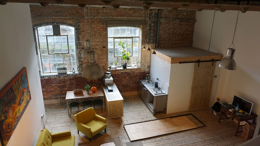 Cool Arty Loft style space in Old Tram Depot - Londyn - Apartament