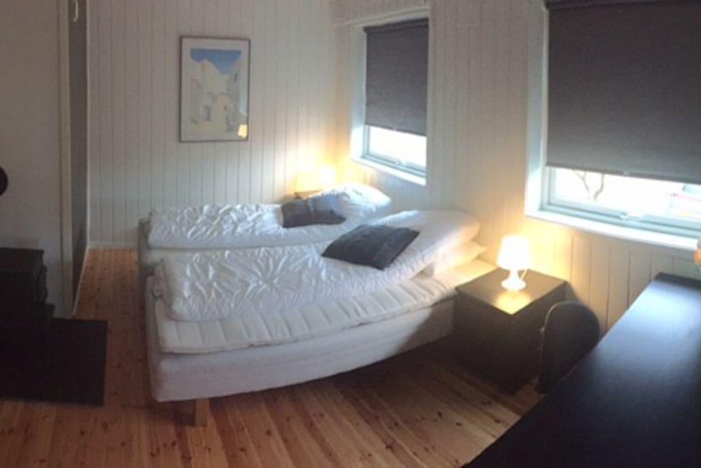Soverom i 1.etasje. Sengene kan trekkes fra hverandre.  Rommet har vedovn i tillegg til elektrisk oppvarming. Skrivebord.