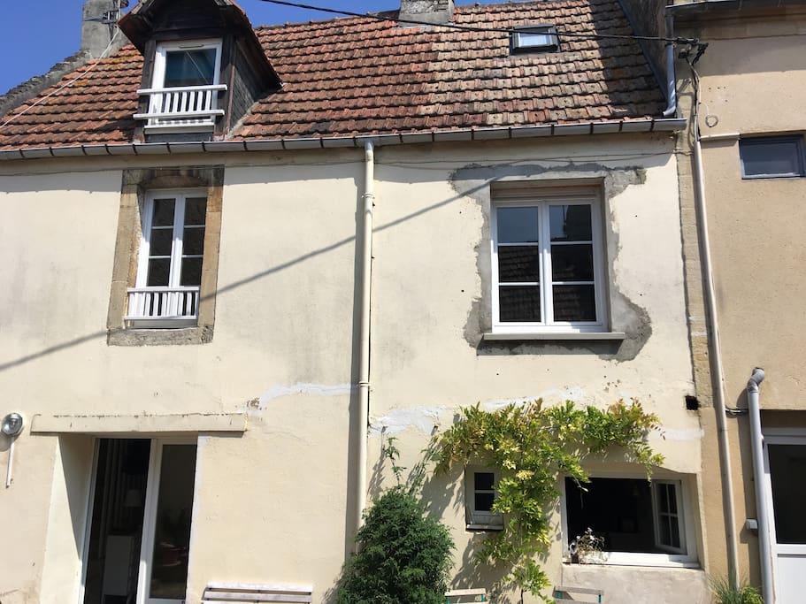 La façade de la maison qui donne sur une cour commune.