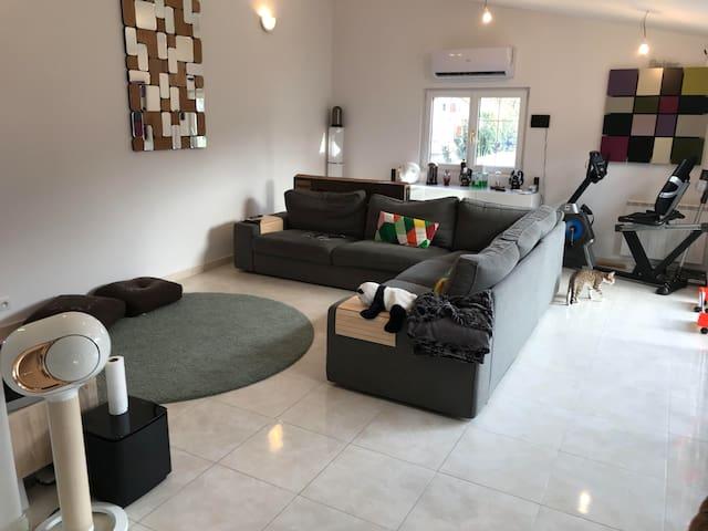 Chambre chaleureuse dans grande maison rénovée