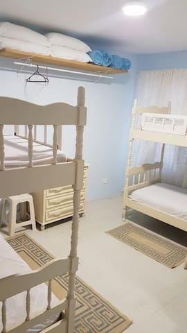 Quarto beliches (tem uma cama extra que pode ser montada)