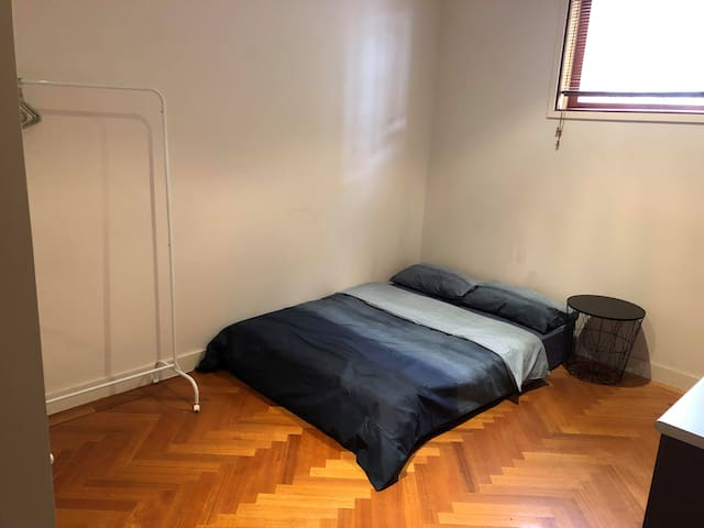 Private bedroom close to Lygon St & Melb uni