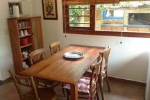 Mesa comedor desde la cocina