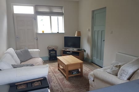 Sunny seaside accommodation - Sutton - Talo