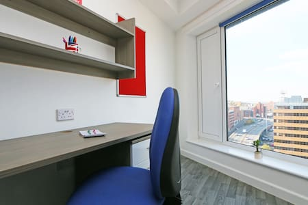 Our lovely non smoking studio in Luton's town centre is on the 9th floor of a safe secure residential building with 24 hour reception. We have a gym,cinema and laundry. Train station 8 minutes walk. Luton Airport 5 mins, London St Pancras 30 mins.