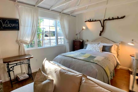 Clean! Carriage House at Main Street Farmhouse