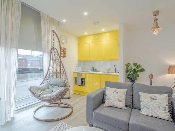 Cheap Chic and Cheerful pad in city center
